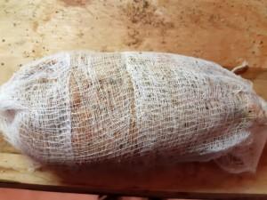 foie gras frais assaisonné et enveloppé d'une étamine