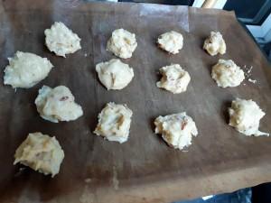 pommes dauphine avant cuisson sur plaque à biscuits