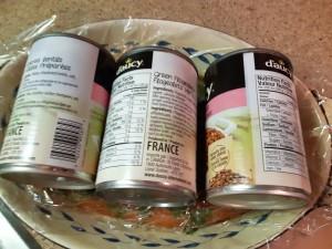 filet de saumon recouvert d'un film plastique et de boîtes de conserves qui font office de poids