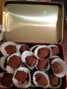truffes en chocolat présentées dans des barquettes en papier argenté et dans une boîte métallique